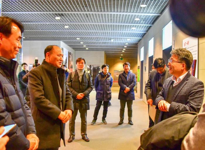 민갑룡 경찰청장(오른쪽)이 11일 서울 종로구의 한 영화관에서 영화 '극한직업' 관람을 마치고 일선 마약반 형사들을 격려하고 있다. 경찰청 제공