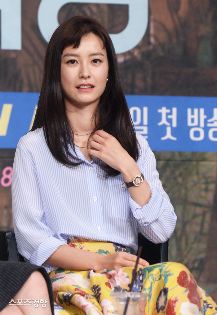 배우 정유미가 지라시 작성 및 유포자에 대한 강경 대응을 예고했다. 이선명 기자 57km@kyunghyang.com