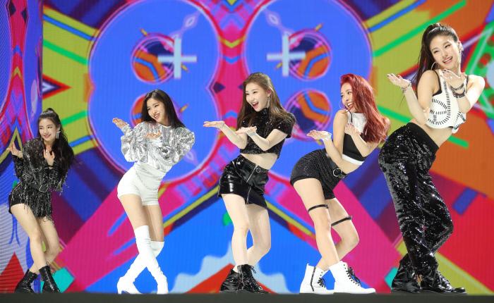 신인 걸그룹 있지(ITZY)가 12일 서울 용산구 한남동 블루스퀘어에서 열린 데뷔 디지털 싱글 '있지 디퍼런트(IT'z Different) 발매 쇼케이스에서 무대를 선보이고 있다. 사진 연합뉴스