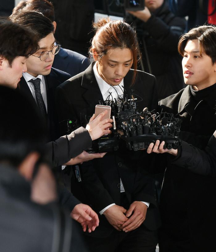 가수 정준영이 서울지방경찰청에 출석해 취재진 질문에 답변하고 있다. 사진 연합뉴스