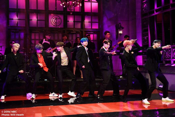 그룹 방탄소년단이 미국 NBC '새터데이 나이트 라이브'에서 최초로 컴백 타이틀곡 '작은 것들을 위한 시' 무대를 선보이고 있다. 사진 미국 NBC Will Heath 사진 제공
