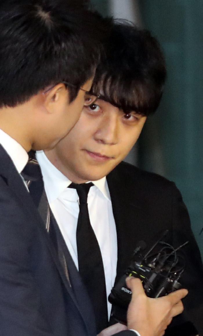 구속영장이 기각된 가수 승리가 14일 밤 서울 중랑경찰서를 나서고 있다. 연합뉴스