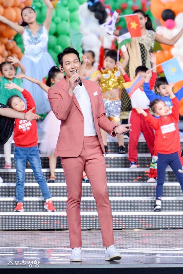 지난 15일 중국 베이징 올림픽 스타디움에서 열린 '아시아 문화 카니발' 행사에서 노래를 부르고 있는 가수 비. 사진 아시아 문화 카니발 조직위