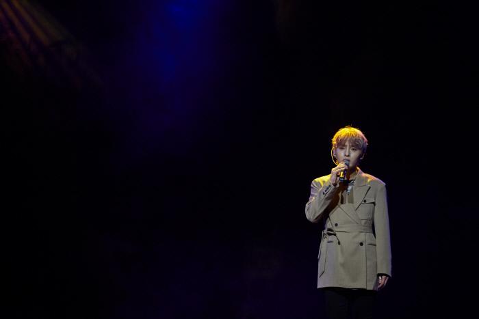 가수 김성리가 15일 첫 솔로 미니앨범 '첫, 사랑' 발매 기념 쇼케이스에서 타이틀곡 '그게 너라서' 무대를 선보이고 있다. 사진 C2K엔터테인먼트