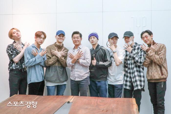 컴백을 앞둔 그룹 갓세븐이 배우 김상중(가운데)와 함께 찍은 인증사진. 사진 JYP엔터테인먼트