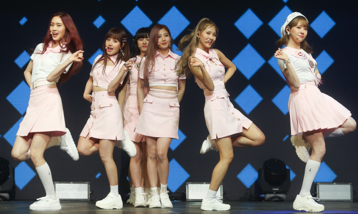 걸그룹 체리블렛이 22일 서울 광진구 광장동 YES24라이브홀에서 열린 2집 싱글 '러브 어드벤쳐'(Love Adventure) 발매기념 쇼케이스에서 무대를 선보이고 있다. 사진 연합뉴스