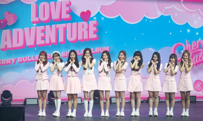 걸그룹 체리블렛이 22일 서울 광진구 광장동 YES24라이브홀에서 열린 2집 싱글 '러브 어드벤쳐'(Love Adventure) 발매기념 쇼케이스에서 포즈를 취하고 있다. 사진 연합뉴스