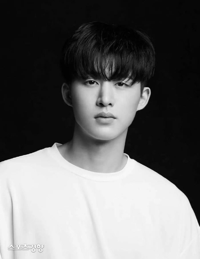 아이콘 멤버였던 비아이가 자신을 둘러싼 마약 구매 및 투약 의혹을 부인하고 팀 탈퇴를 알렸다. 소속사 제공