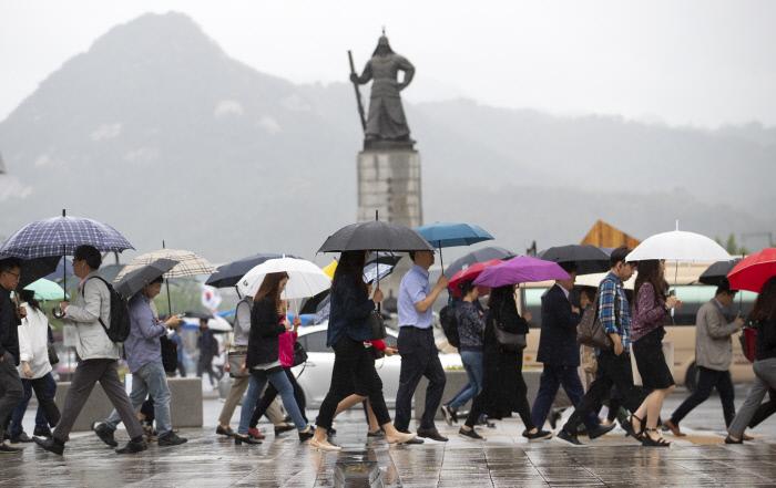 """[오늘 날씨] """"우산 챙기세요"""" 장마전선 북상으로 전국에 비 소식"""