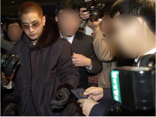 2002년 병역기피논란 당시 가수 유승준이 인천공항을 통해 입국, 공항출입국관리사무소 직원에게 미국국적의 여권을 제시하고 있다.연합뉴스