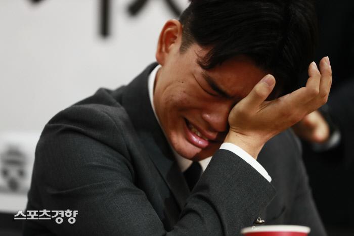 그룹 더 이스트라이트 멤버 이석철군이 서울 종로구 새문안로 변호사회관에서 기자회견을 열고 소속사 운영진이 자행한 멤버 폭행 피해를 주장하고 있다. 이선명 기자 57km@kyunghyang.com