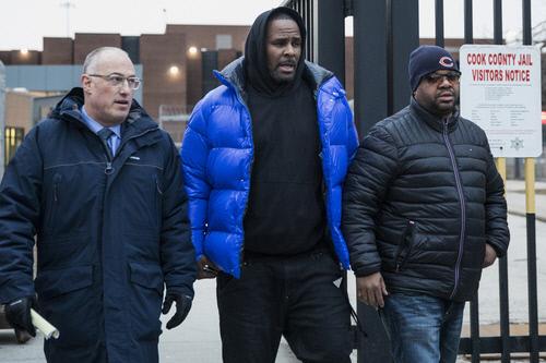 미국 리듬앤드블루스(R&B) 스타 알 켈리(가운데)가 지난 3월 25일 자신의 변호인인 스티브 그린버그(왼쪽)와 함께 미국 일리노이주 시카고의 쿡 카운티 구치소를 나서고 있다. AP·연합.