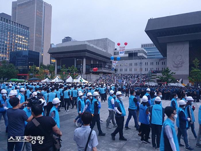 우리공화당 광화문 천막→행정집행 직전 세종문화회관으로 옮겨