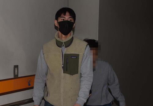 심의받지 않은 광고를 한 혐의 등으로 기소된 유튜버 밴쯔(본명 정만수·29)가 지난 4월 25일 오전 대전 서구 둔산동 대전지법에 들어서고 있다. 연합뉴스