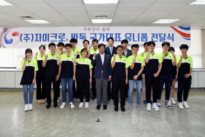 자이크로 최창영 대표이사(가운데)가 바둑 국가대표선수단과 함께 한국바둑의 발전을 기원하며 파이팅을 외치고 있다.