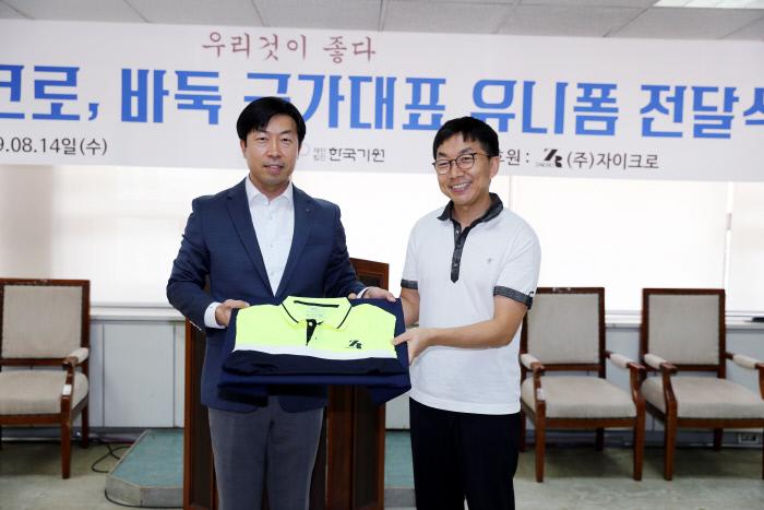자이크로 최창영 대표이사(왼쪽)가 목진석 감독에게 유니폼을 전달하고 있다.