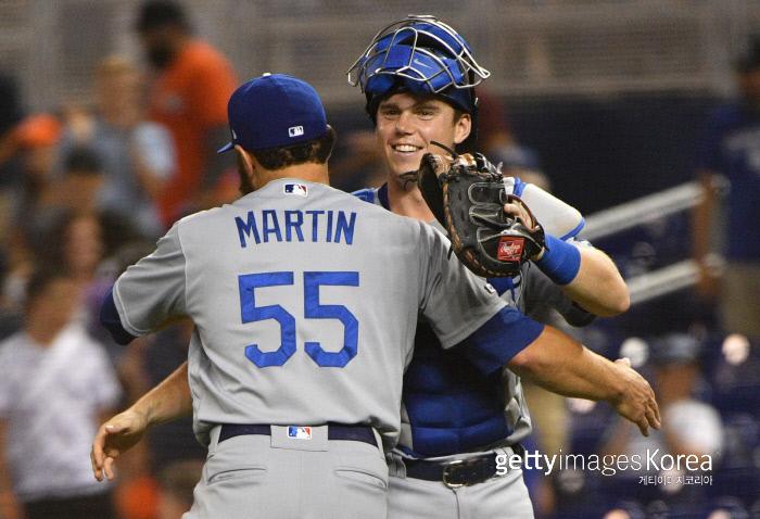 다저스 주전 포수 러셀 마틴이 14일 미국 플로리다주 말린스 파크에서 열린 마이애미와의 경기 후 스미스를 안아주고 있다. 게티이미지코리아