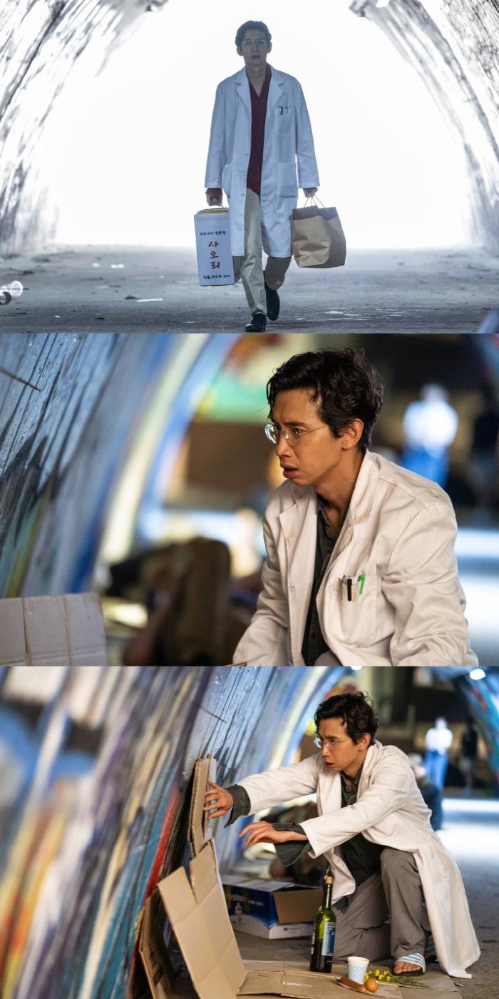 의사 가운을 걸친 봉태규가 향한 곳이 어딘지 의문을 일으키는 '닥터탐정'. SBS 제공