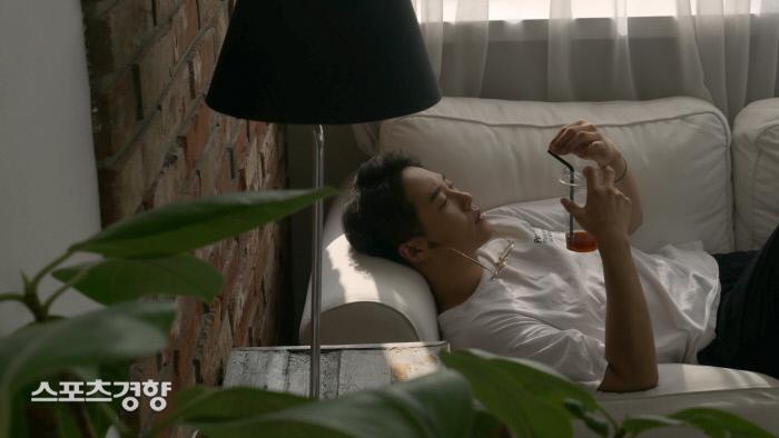 지난 2일 발매된 가수 썬데이오프의 싱글 '스며들어' 뮤직 비디오 한 장면. 사진 스포트라이트