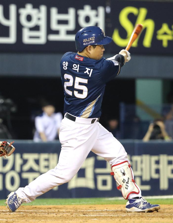 22일 오후 서울 송파구 잠실야구장에서 열린 2019 KBO 리그 NC와 LG의 경기. 5회 초 2사 3루 상황에서 NC 양의지가 역전 2점 홈런을 치고 있다. 연합뉴스