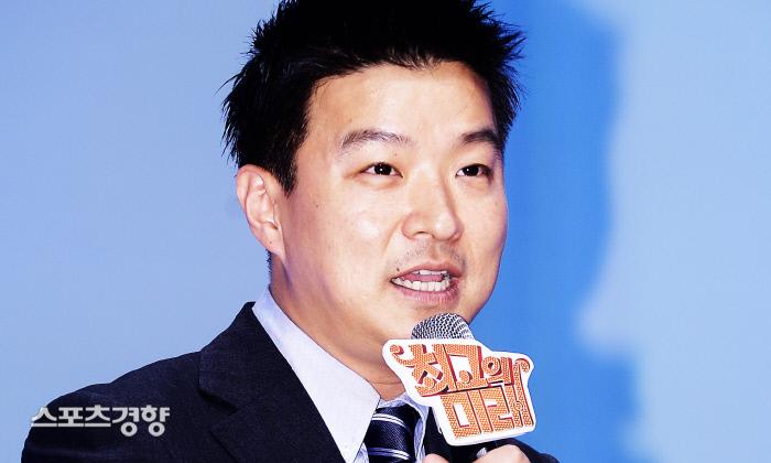 김생민이 최근 팟캐스트 방송을 시작한 사실이 알려지면서 찬반 여론이 맞서고 있다. 이선명 기자 57km@kyunghyang.com