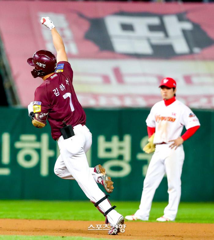 키움 히어로즈 김하성이 15일 인천 SK행복드림구장에서 열린 2019 신한은행 마이카 KBO 포스트시즌 플레이오프 2차전 SK 와이번스와의 경기에서 5회초 2점 홈런을 치고 환호하고 있다. 인천 | 이석우 기자