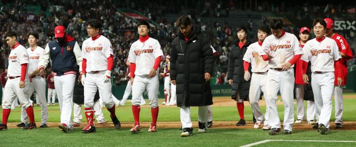15일 플레이오프 2차전에서 패배한 SK. 연합뉴스