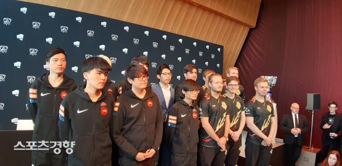 8일 파리 에펠탑에서 진행된 '2019 롤드컵' 결승전 미디어데이 행사에서 유럽의 G2와 중국의 펀플러스 피닉스 선수들이 선전을 다짐하며 기념촬영을 하고 있다.