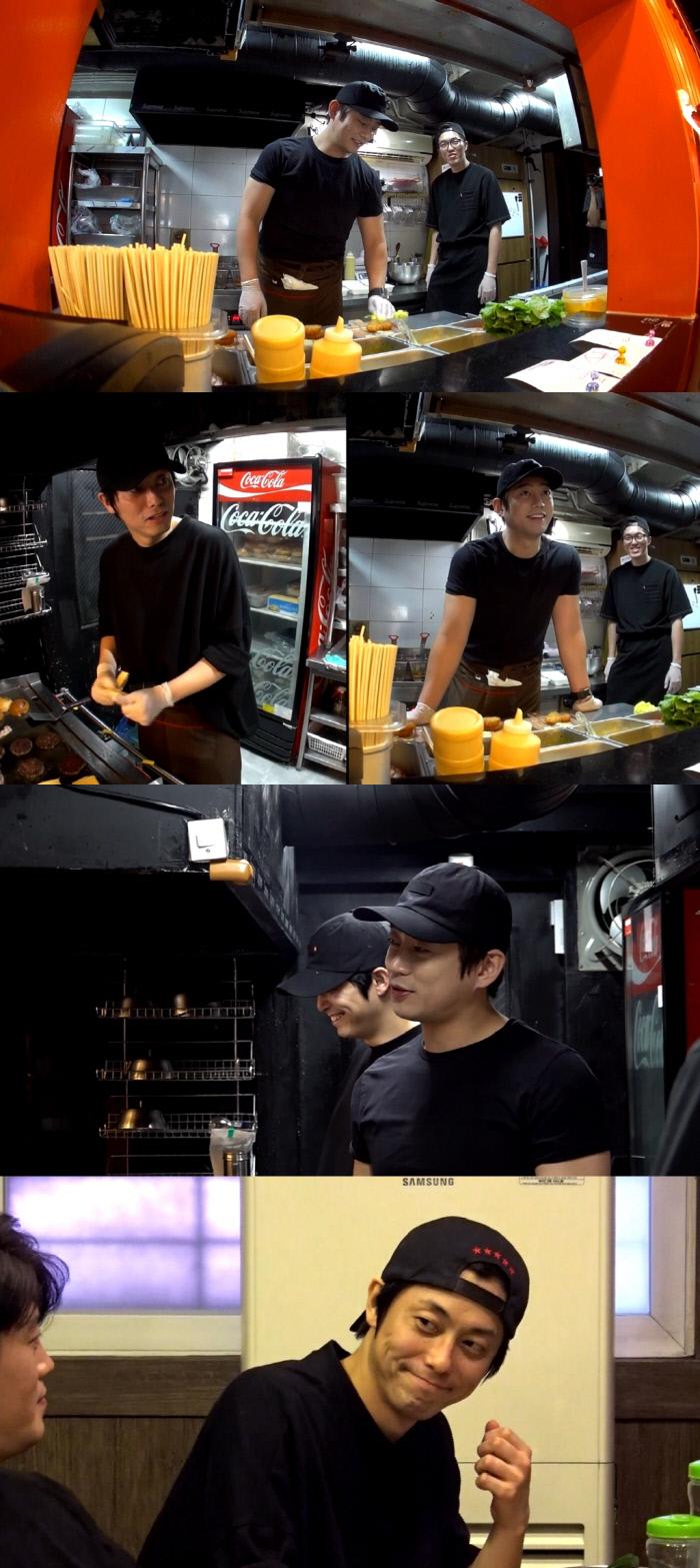 햄버거 집 사장으로 변신한 테이의 관찰 카메라에서 발견한 테이의 도플갱어 정체는 햄버거 집 직원 '전참시'. MBC 제공