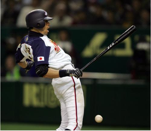 지난 2006년 3월 일본 도쿄 도쿄돔에서 벌어진 WBC 한국과 일본의 경기에서 7회말 선두 타자 이치로가 배영수의 투구에 맞고 있다. 연합뉴스