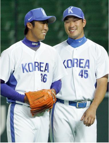 배영수(왼쪽)와 봉중근이 지난 2006년 WBC 전지훈련 때 환하게 웃고 있다. 연합뉴스