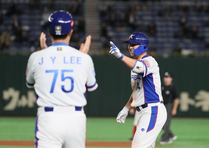 야구대표티 최정(오른쪽)이 15일 일본 도쿄돔에서 열린 프리미어12 멕시코전에서 5회 안타를 친 후 세리머니를 하고 있다. 도쿄 연합뉴스