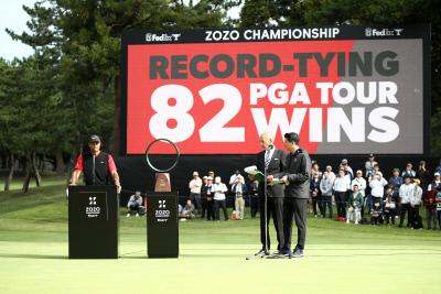 타이거 우즈가 지난 10월 조조 챔피언십에서 우승해 PGA투어 통산 최다승 타이인 82승을 기록한 뒤 시상식에서 인사말을 하고 있다. 게티이미지코리아