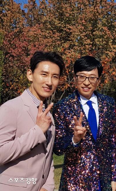 가수 유산슬(유재석. 오른쪽)의 뮤직 비디오 '합정역 5번 출구'의 주인공을 연기한 트로트 가수 도윤. 사진 DSK엔터테인먼트