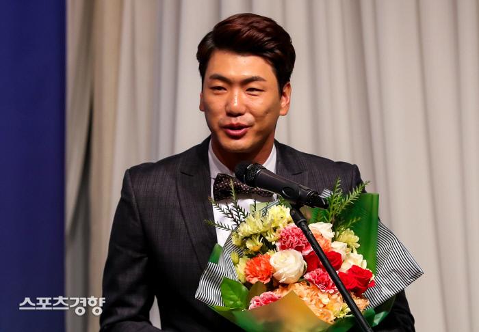 김광현이 6일 서울 청담동 리베라호텔에서 열린 2019 나누리병원 일구상 시상식에서 일구대상을 공동수상한 뒤 소감을 밝히고 있다. 이석우 기자