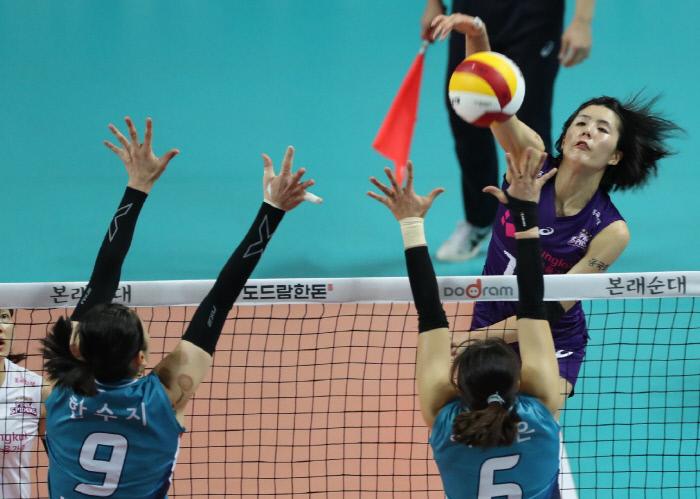 흥국생명 이재영(오른쪽)이 8일 GS칼텍스와 경기에서 스파이크 하고 있다. 연합뉴스