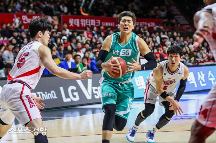 부산 KT 양홍석(가운데)이 8일 부산사직체육관에서 열린 2019~2020 현대모비스 프로농구 울산 현대모비스와 경기에서 돌파를 하고 있다. KBL 제공