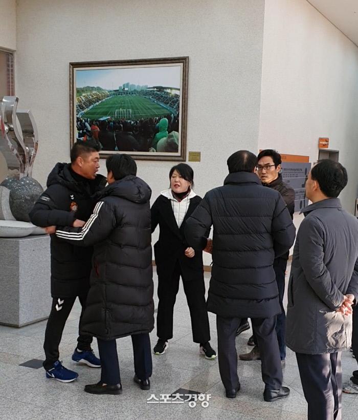 김종부 경남 감독(왼쪽)이 8일 창원축구센터에서 열린 K리그 승강 플레이오프 2차전 직후 판정과 관련해 불만의 목소리를 높이고 있다. 황민국 기자
