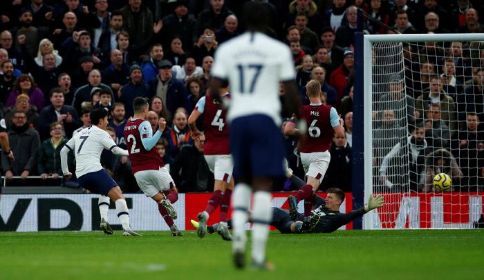 손흥민(토트넘ㆍ왼쪽)이 7일(현지시간) 영국 런던의 토트넘 홋스퍼 스타디움에서 열린 잉글랜드 프로축구 프리미어리그 번리와의 홈경기에서 전반 32분 70m의 폭풍 질주 끝에 팀의 세번째 골을 성공시키고 있다. 로이터연합