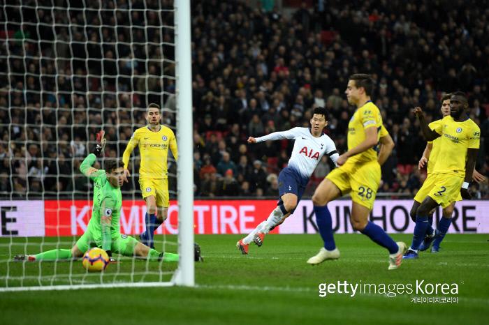 손흥민이 지난해 11월 첼시와의 2018~2019 잉글랜드 프리미어리그(EPL) 13라운드 경기에서 '50m 폭풍질주'를 한 후 골을 성공시키고 있다. 게티이미지코리아