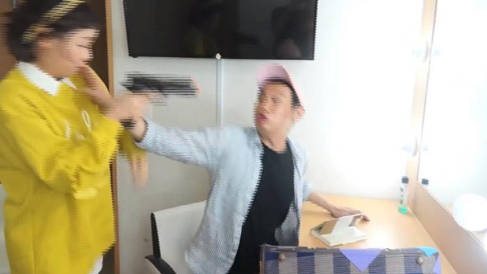 지난 10월3일 게시된 EBS 어린이 프로그램 <생방송 톡!톡! 보니하니> 유튜브 영상에서 '먹니'로 출연 중인 개그맨 박동근씨가 '하니'로 출연 중인 채연의 목을 조르는 시늉을 하고 있다. 유튜브 갈무리