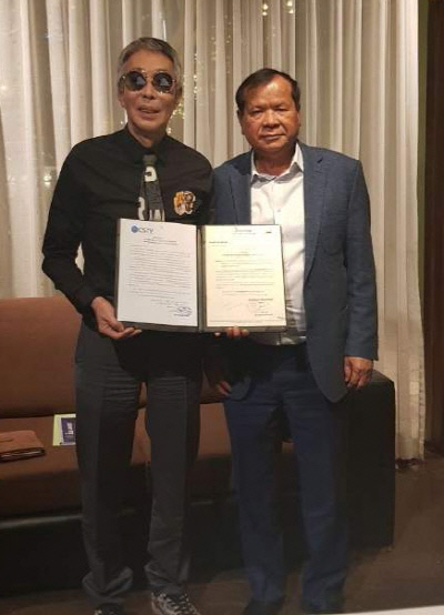 서세원(왼쪽)과 캄보디아 통큰 문화관광부 장관이 스포츠TV에 관한 독점권을 준다는 합의서를 들고 포즈를 취하고 있다.