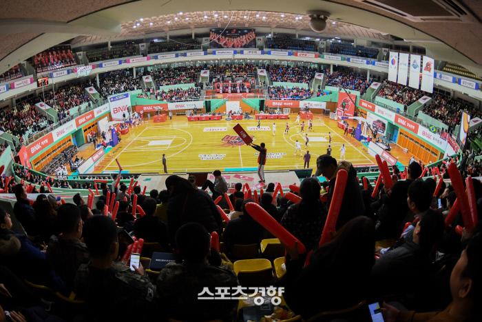 17일 여자프로농구 BNK와 신한은행 경기가 열린 마산체육관에 만원관중이 들어차 뜨거운 응원을 펼치고 있다. WKBL 제공
