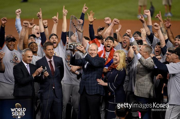 휴스턴 선수단이 2017년 월드시리즈 우승 뒤 트로피를 들고 기뻐하고 있다. Getty Images