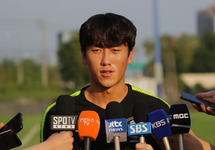 한국 U-23 대표팀 원두재가 24일 태국 방콕 알파인 풋볼 트레이닝 캠프에서 훈련을 앞두고 취재진의 질문에 답하고 있다. 방콕 | 연합뉴스