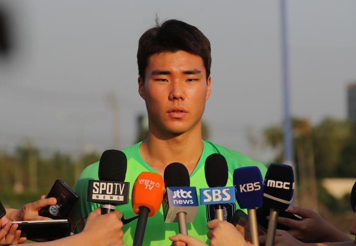 한국 U-23 대표팀 송범근이 24일 태국 방콕 알파인 풋볼 트레이닝 캠프에서 훈련을 앞두고 인터뷰하고 있다. 방콕   연합뉴스