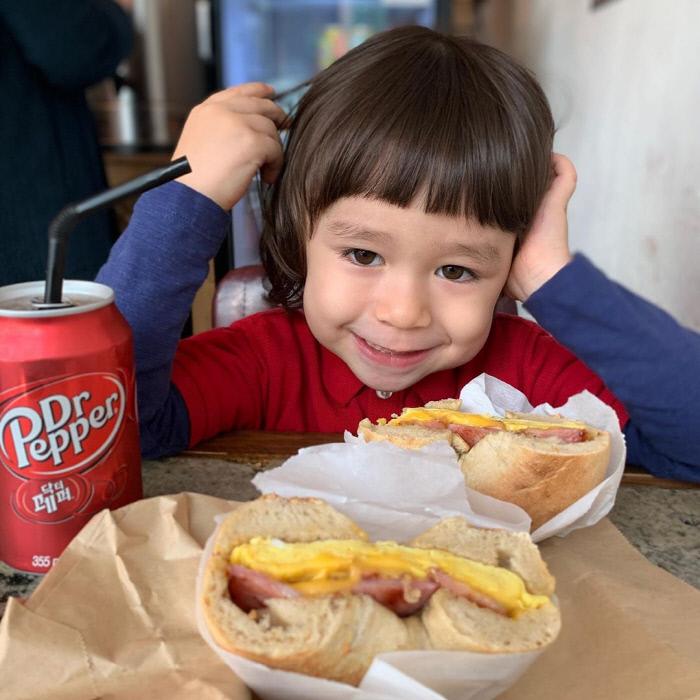 "[SNS는지금] ""나 한 입 줄 수 있나 Hoxy~"" 윌리엄, 5세의 품격 보여주는 베이글 먹방   인스티즈"