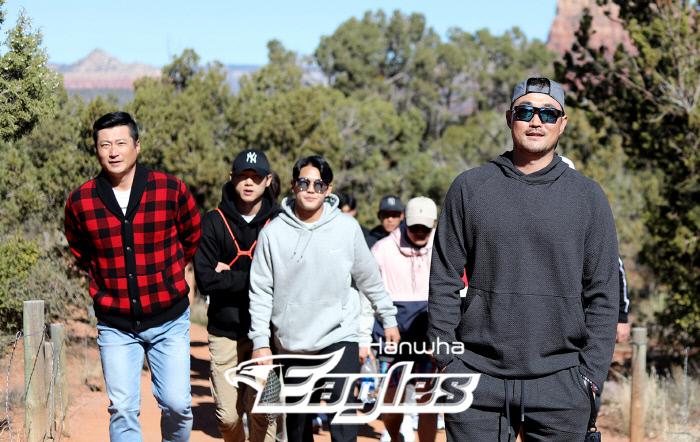 미국 애리조나에서 스프링캠프를 진행중인 한화이글스 선수단이 13일(현지시간) 휴식일을 맞아 관광지 세도나를 방문했다. 정현석 코치(왼쪽)와 송광민(오른쪽)을 비롯한 선수들이 트래킹을 즐기고 있다. 한화이글스 제공