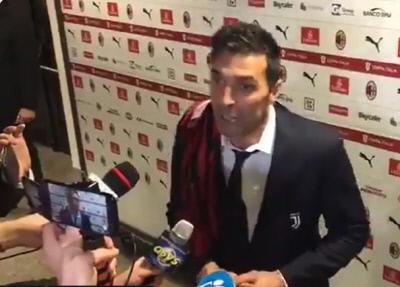 부폰이 AC밀란전이 끝난 뒤 믹스트존에 다니엘 말디니의 유니폼을 걸치고 나타나 인터뷰하고 있다.MarcelloFontana 트위터 캡처