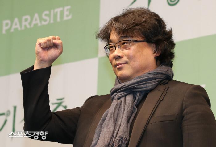아카데미 영화상 4개부문을 거머쥔 영화 '기생충' 기자회견이 열린 19일 서울 웨스틴 조선호텔 그랜드볼룸에서 봉준호감독이 주먹을 불끈쥐고 인사를 하고 있다. 박민규선임기자.